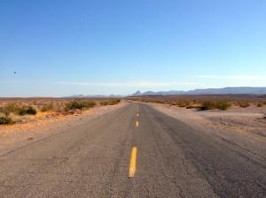 Strassenbild mit sich weit ziehendem Blick auf den Horizont
