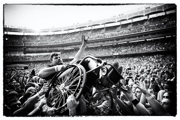 Ein Mann im Rollstuhl beim Stagediven.